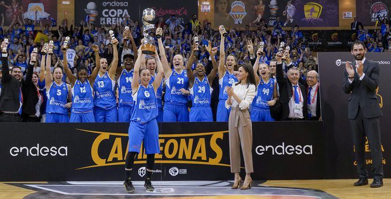 Silvia Domínguez alza la Copa en presencia de SM la Reina Letizia