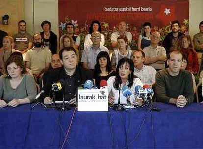 Pernando Barrena, segundo por la izquierda, ayer en la presentación de la agrupación electoral Nafarroako Abertzale Socialistak.