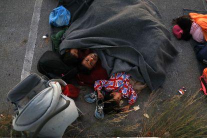 Una familia duerme en las proximidades del campamento.