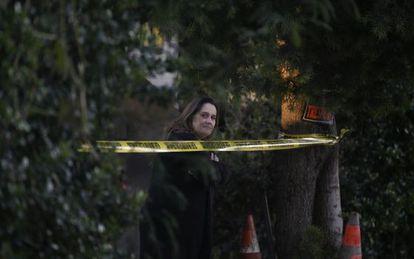 Una mujer se asoma al área donde la policía de San Bernardino interceptó a los sospechosos.