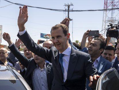 El presidente sirio, Bachar el Asad, tras depositar su voto el miércoles en Duma, al este de Damasco.