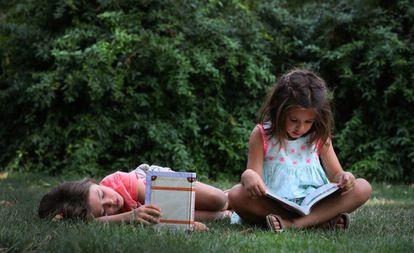 Niños leyendo en un parque de Madrid.