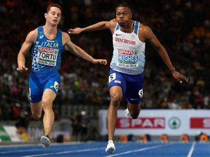 El ganador, Zharnel Hughes, a la derecha, cruza la línea de meta por delante del italiano Tortu (quinto) en la final de los 100m.