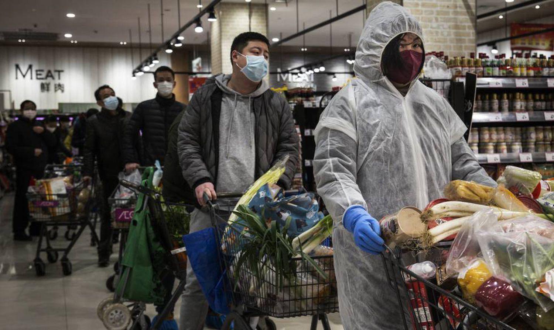Residentes de Wuhan, en un supermercado.