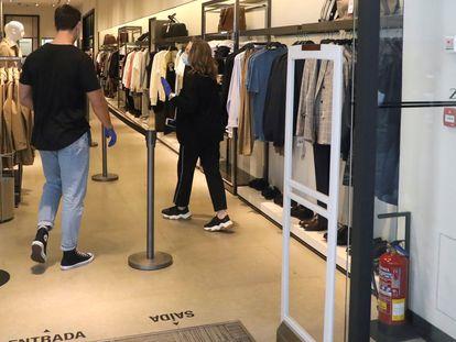 Acceso de una de las tiendas de Zara en Santiago de Compostela, en su reapertura el 7 de mayo del año pasado tras el confinamiento.