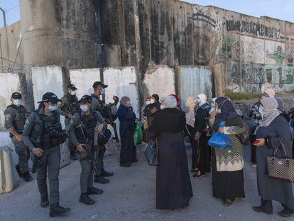 Mujeres palestinas, el pasado 16 de abril, ante un puesto de control de Israel en Qalandia (Cisjordania).