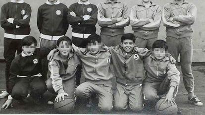 El actor Adolfo Fernández junto con sus compañeros del equipo que entrenaba el hermano marista Esteban Villalba en Bilbao en los años setenta.