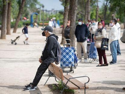 Un hombre espera en una de las colas para recoger comida de Caritas en Aluche (Madrid), el pasado mes de abril.