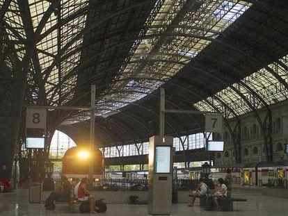 Un tren llega a la estación de Francia de Barcelona.