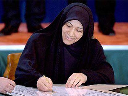 Salama al Jafaji, miembro chií del Consejo de Gobierno iraquí, firma la Constitución provisional.