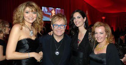 Gulnara Karimova, a la izquierda, junto a Elton John y la modelo española Eugenia Silva en una fiesta organizada por el cantante en 2010.