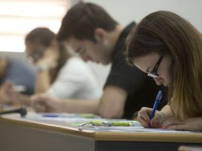 Estudiantes valencianos se examinan de selectividad en junio de 2013.
