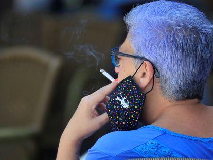 Una mujer se fuma un cigarrillo este jueves en Madrid.