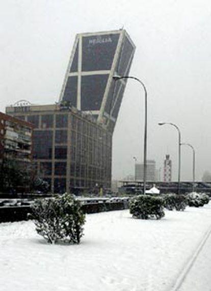 La madrileña Plaza de Castilla, cubierta de nieve.
