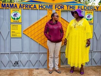 Mama África a la derecha, junto a una de las trabajadoras de la residencia.