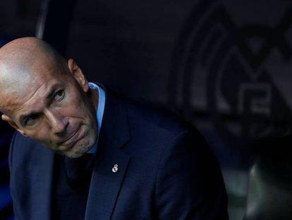 Zidane, en el banquillo del Bernabéu durante el clásico.