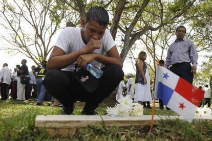 El familiar de una víctima, en un cementerio de la Ciudad de Panamá.