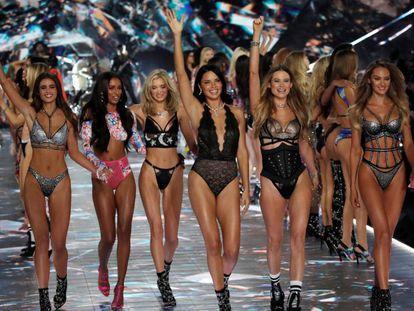 Las modelos durante la pasarela. En vídeo, la despedida de Adriana Lima.