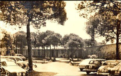 Exterior del edificio de Coderch para el club de golf de El Prat, en los años sesenta.