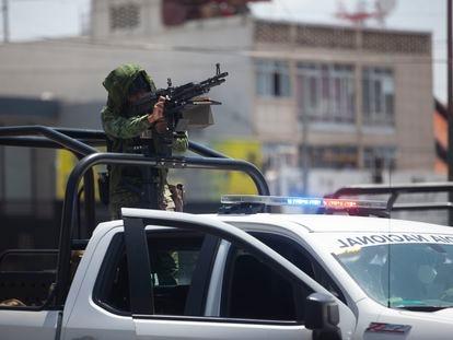 Un elemento de la guardia nacional apunta su arma durante el operativo en las calles de Irapuato.