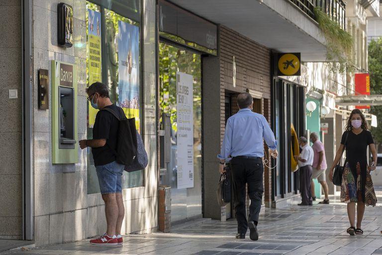 Oficinas de Bankia y La Caixa, en la calle Reyes Católicos de Sevilla.