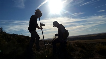 Two archaeologists during the detection and location of the remains in Azaila with submetric GPS.