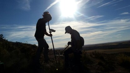 Dos arqueólogos durante las labores de detección y ubicacion de los restos en Azaila con GPS submétrico.