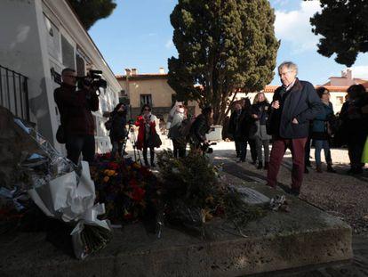 Ian Gibson ante la tumba de Antonio Machado en Colliure.