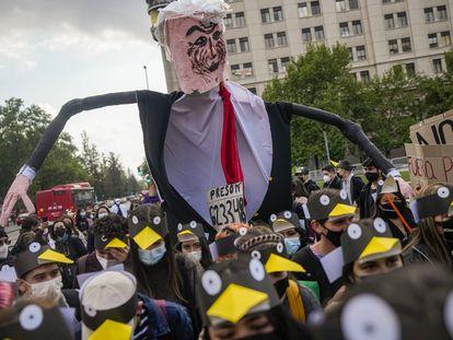 Manifestación en Santiago de Chile contra el presidente Sebastián Pinera por su implicación en los 'Papeles de Pandora'.