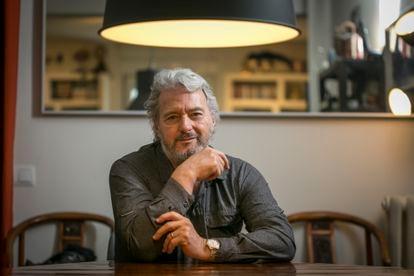 Sergio Cabrera Cárdenas, director de cine, guionista y productor colombiano, en su casa de Madrid este abril.