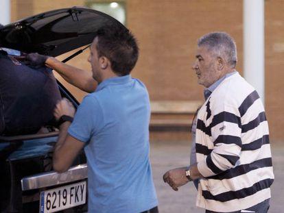 Laureano Oubiña, a la derecha, sale de la cárcel de Palencia.