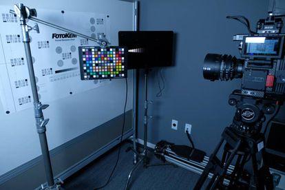 Pruebas de color y de contraste de una cámara de alta defi nición. El equipo de ingenieros analiza todas las características de las cámaras para informar de las posibilidades a los directores de cada proyecto.