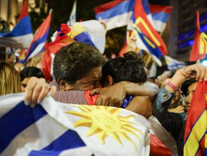 Seguidores del Frente Amplio, durante la noche electoral. En vídeo, declaraciones de Luis Lacalle Pou y Daniel Martínez, candidatos a la presidencia de Uruguay.