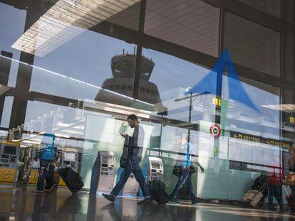 Pasajeros en la terminal T1 del aeropuerto de El Prat de Barcelona.