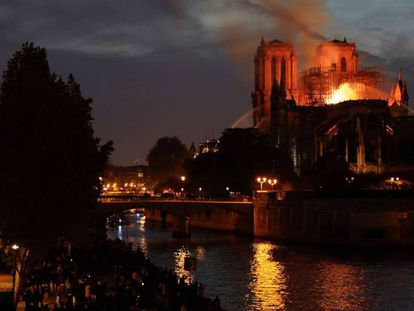 FOTOGALERÍA | Notre Dame, seis meses después. En la imagen, la noche del incendio.