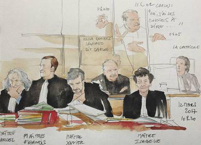 En la imagen, la abogada y esposa de El Chacal, Isabelle Coutant-Peyre (derecha), escucha en una sesión del juicio a su marido, dibujado en la segunda fila.