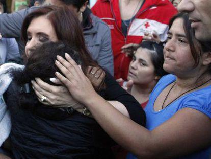 Fernández el pasado miércoles con afectados por las inundaciones en Buenos Aires.