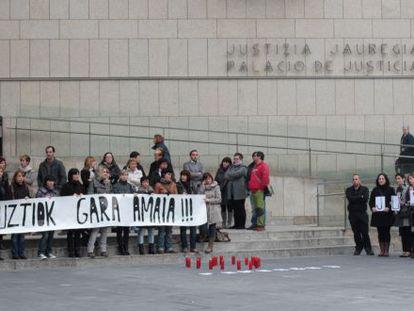 Familiares y amigos recuerdan a Amaia Azkue en el aniversario de su muerte, en San Sebastián.