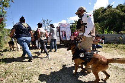 Vecinos y autoridades durante la búsqueda de Ayelin Izcae Gutiérrez, de 13 años, en Tixtla (Guerrero).