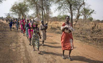Sursudaneses caminan durante horas para llegar a un puesto de distribución de comida en el norte del país el pasado abril.