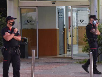Agentes de la Ertzaintza establecen un dispositivo de seguridad tras un tiroteo en la Facultad de Ciencias y Tecnología de la UPV en Leioa (Bizkaia), este miércoles.