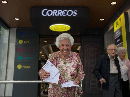 María del Rosario Testa, Charo, a la salida de la oficina de Correos.