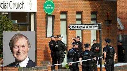 La policía rodea la iglesia metodista Belfairs, donde el diputado David Amess fue apuñalado durante un encuentro con ciudadanos, en Leigh-on-Sea, este viernes.