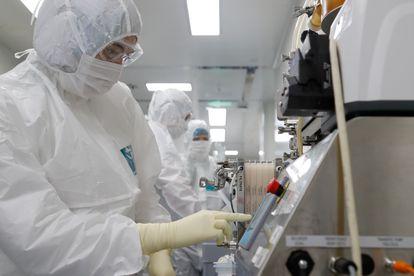 Un grupo de científicos controla parámetros de una vacuna contra la covid en San Petersburgo.