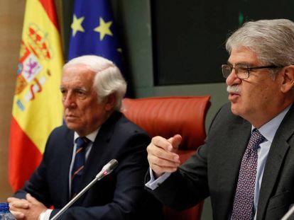 El ministro de Exteriores junto al Alto Comisionado para la Marca España. En el vídeo el clip promocional.