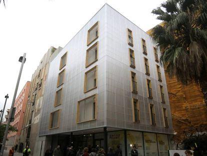Edificio de 12 pisos sociales realizados con contenedores en Barcelona.