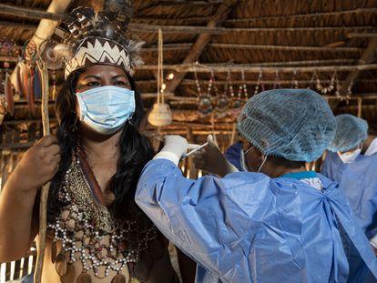 Campaña de vacunación contra la covid-19 en la maloca 4 de las comunidades Bora y Kukama en Padrecocha, Maynas, Loreto (Perú).