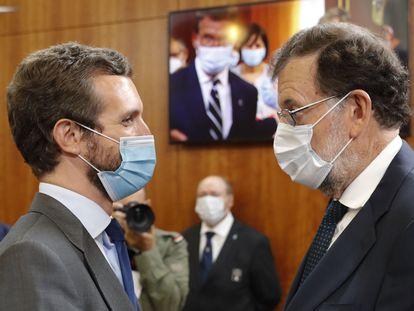 Pablo Casado, actual líder del PP, y el expresidente Mariano Rajoy, tras la ceremonia de toma de posesión de Feijóo en el Parlamento gallego, la pasada semana.