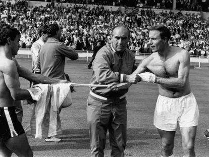 El técnico Alf Ramsey impide que el inglés George Cohen dé su camiseta a un jugador de Argentina, tras los cuartos del Mundial'66.