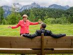 Merkel charla con el expresidente de Estados Unidos Barak Obama cerca del Castillo de Elmau en el sur de Alemania después de una reunión del G7 en junio de 2015.